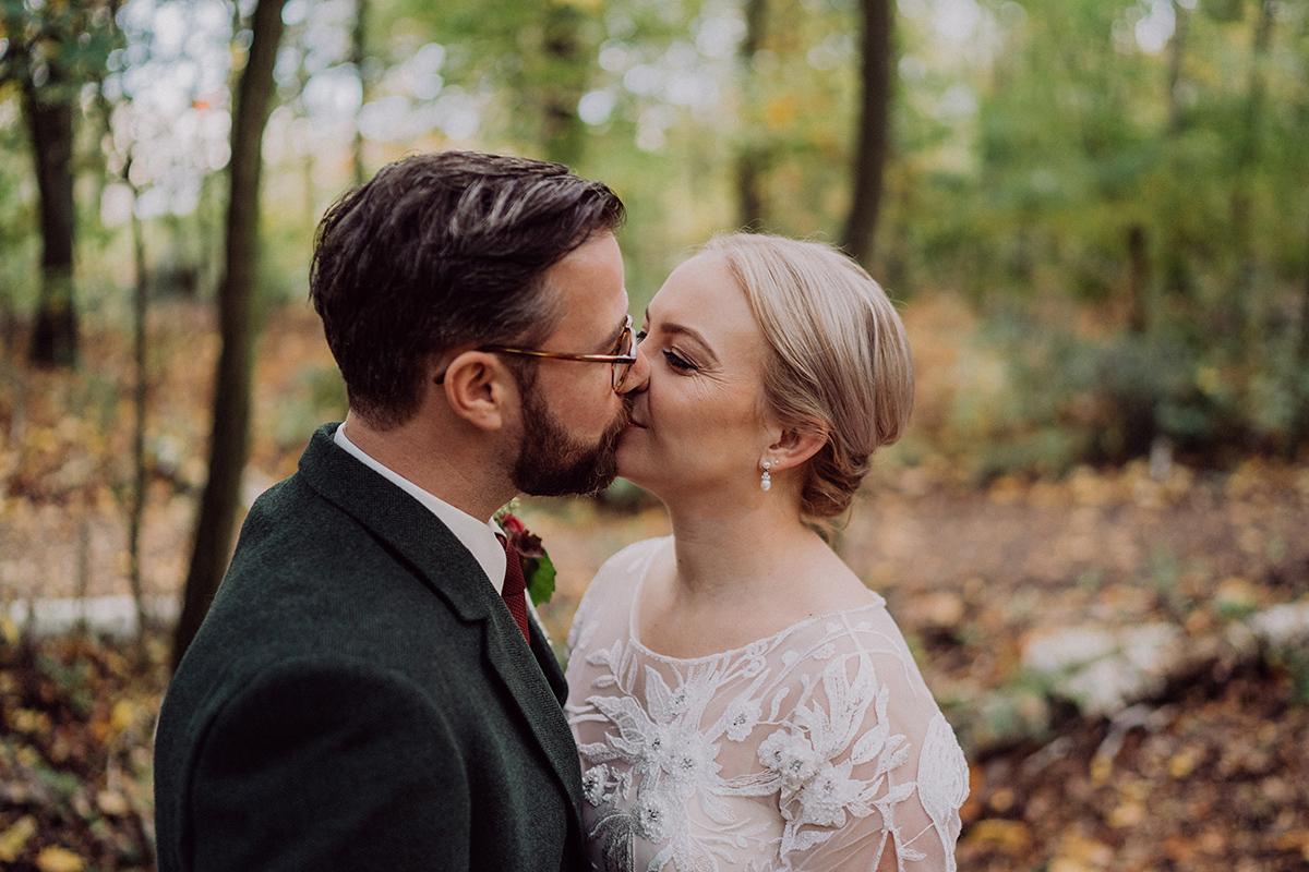 Idee Posieren Hochzeitsfoto Brautpaar Kuss - vintage DIY Waldhochzeit in Berlin von Villa Schützenhof Hochzeitsfotografin © www.hochzeitslicht.de