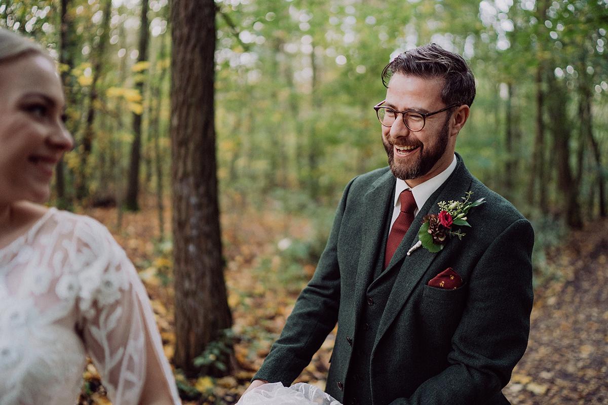 natürliche Hochzeitsfotografie Berlin Braut und Bräutigam - vintage DIY Waldhochzeit in Berlin von Villa Schützenhof Hochzeitsfotografin © www.hochzeitslicht.de
