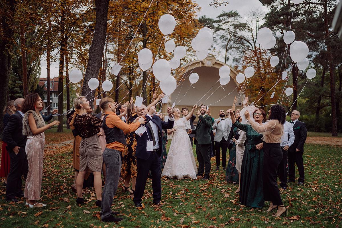 Idee Unterhaltung Gäste Hochzeit Luftballons mit guten Wünschen - vintage DIY Waldhochzeit in Berlin von Villa Schützenhof Hochzeitsfotografin © www.hochzeitslicht.de