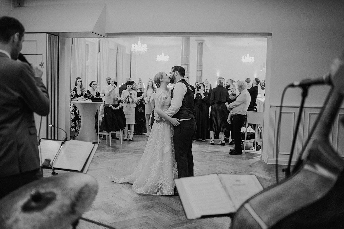 Hochzeitsfotografie Eröffnungstanz Brautpaar - vintage DIY Waldhochzeit in Berlin von Villa Schützenhof Hochzeitsfotografin © www.hochzeitslicht.de