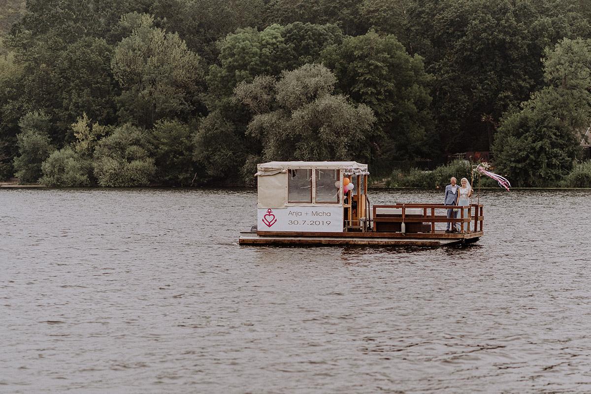 Fotoshooting Hochzeit Brautpaar Heiraten auf Floß - Hochzeit am Wasser von Hochzeitsfotografin Standesamt Berlin Spandau © www.hochzeitslicht.de