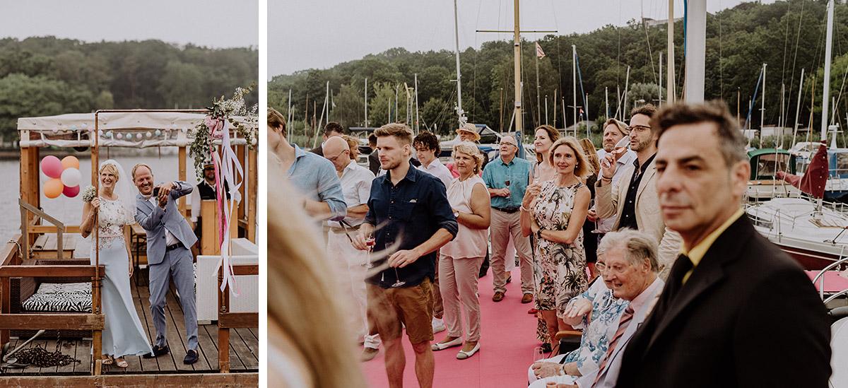 Inspiration Outfits Gäste und Brautpaar entspannte Bootshochzeit - Hochzeit am Wasser von Hochzeitsfotografin Standesamt Berlin Spandau © www.hochzeitslicht.de