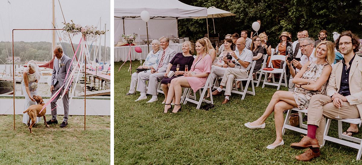 Hochzeitsfoto mit Hund freie Trauung - Hochzeit am Wasser von Hochzeitsfotografin Standesamt Berlin Spandau © www.hochzeitslicht.de