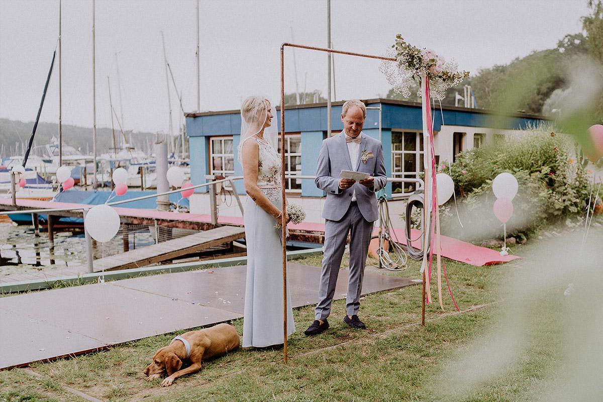 Heiraten mit Hund freie Trauung am Wasser - Hochzeit am Wasser von Hochzeitsfotografin Standesamt Berlin Spandau © www.hochzeitslicht.de