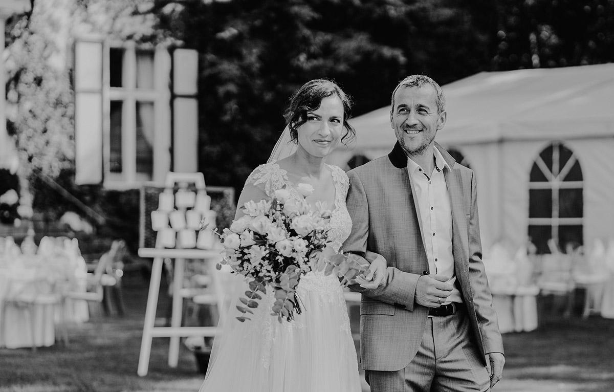 Hochzeitsfoto Einzug Braut freie Trauung am Wasser - Potsdam Hochzeitsfotografin im Gut Schloss Golm für Hochzeit am Wasser und im Wald © www.hochzeitslicht.de