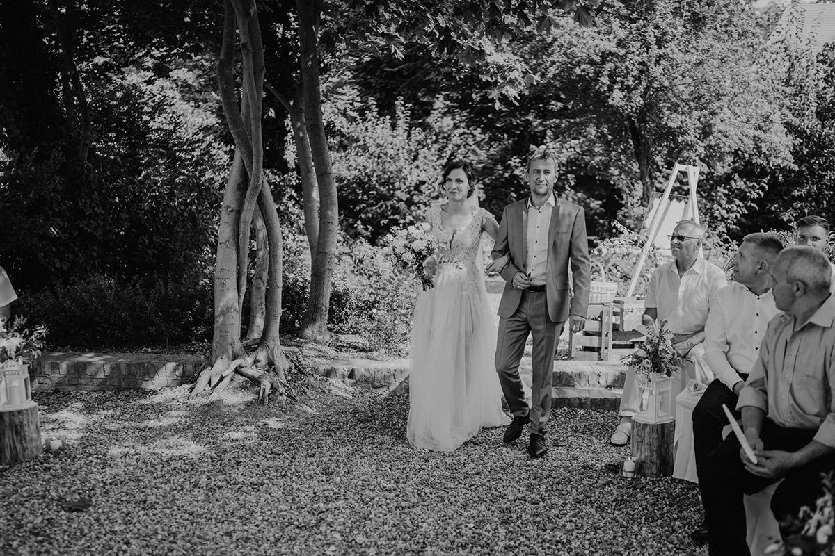 Hochzeitsfoto freie Trauung Einzug Braut - Potsdam Hochzeitsfotografin im Gut Schloss Golm für Hochzeit am Wasser und im Wald © www.hochzeitslicht.de