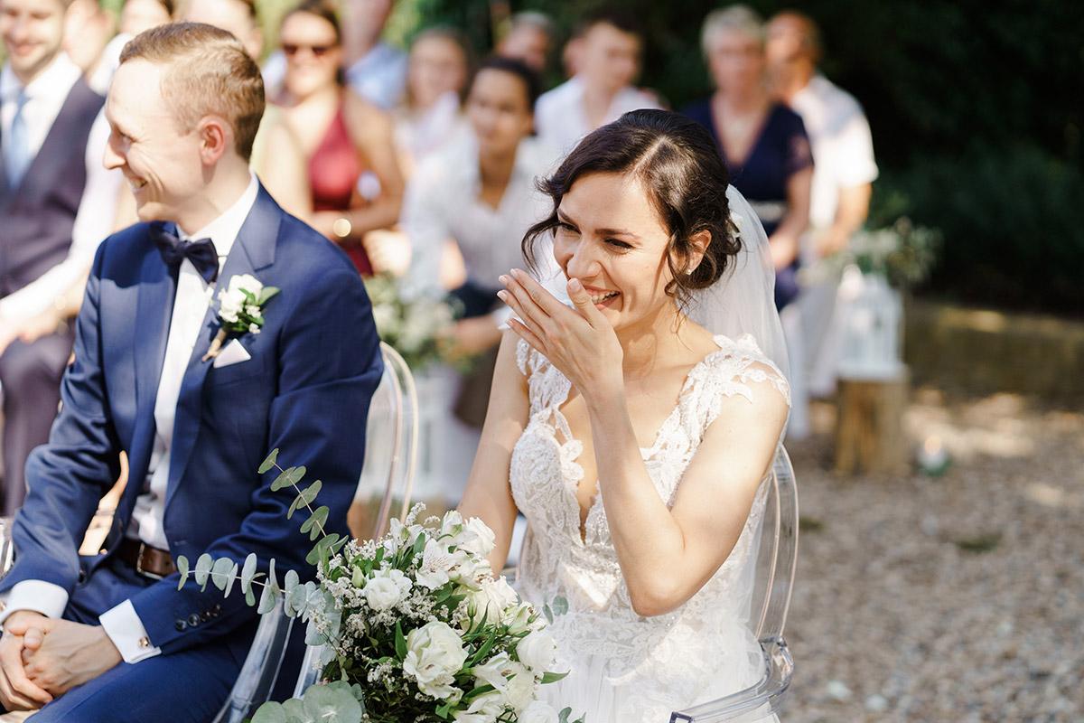 ungestelltes Hochzeitsfoto Brautpaar freie Trauung - Potsdam Hochzeitsfotografin im Gut Schloss Golm für Hochzeit am Wasser und im Wald © www.hochzeitslicht.de