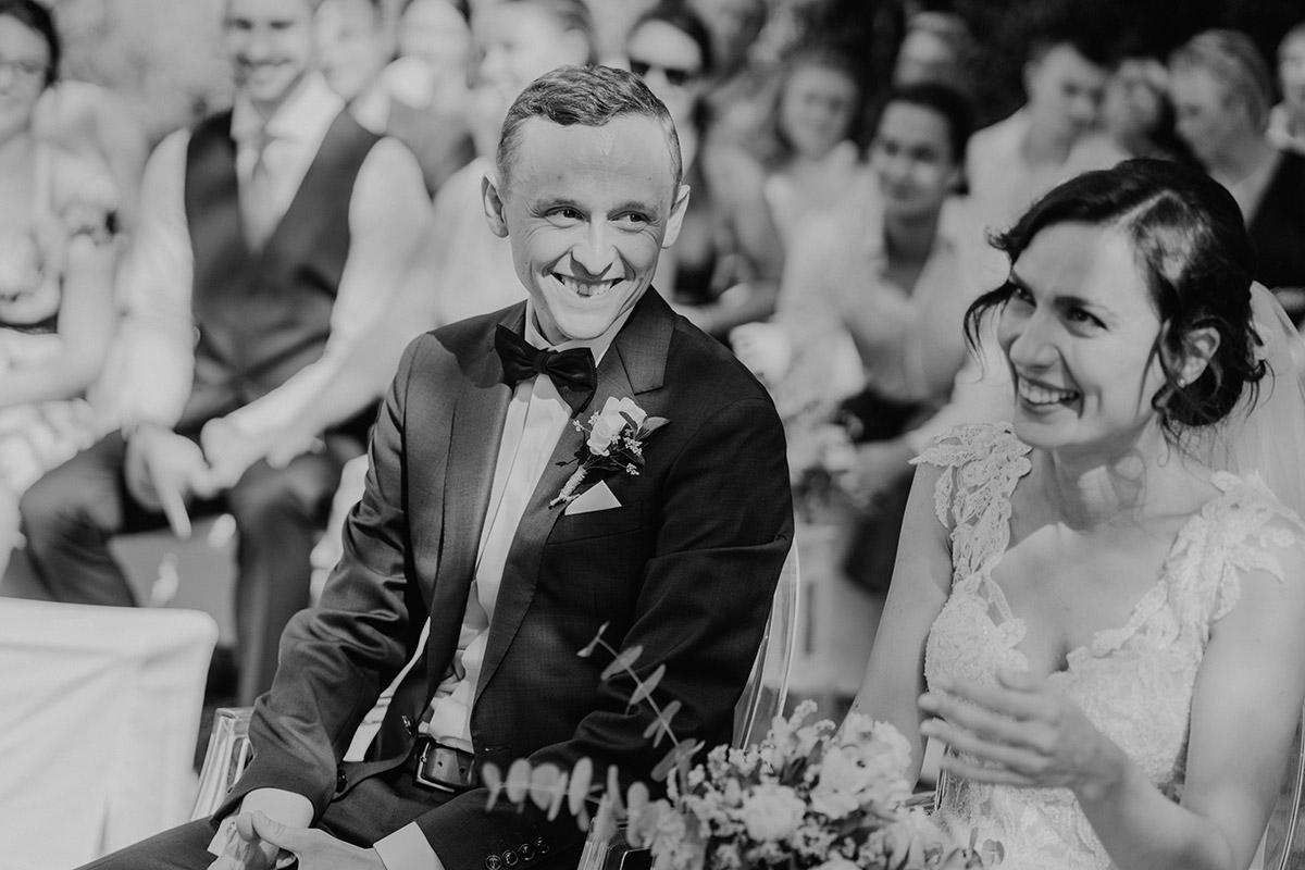 authentische Hochzeitsfotografie freie Trauung Brautpaar - Potsdam Hochzeitsfotografin im Gut Schloss Golm für Hochzeit am Wasser und im Wald © www.hochzeitslicht.de