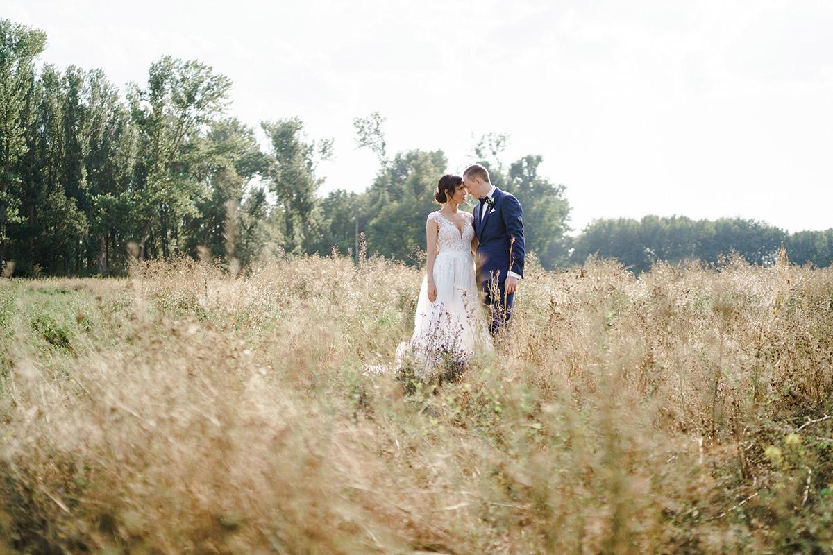 Fotoshooting Brautpaar Landhochzeit Sommer - Potsdam Hochzeitsfotografin im Gut Schloss Golm für Hochzeit am Wasser und im Wald © www.hochzeitslicht.de