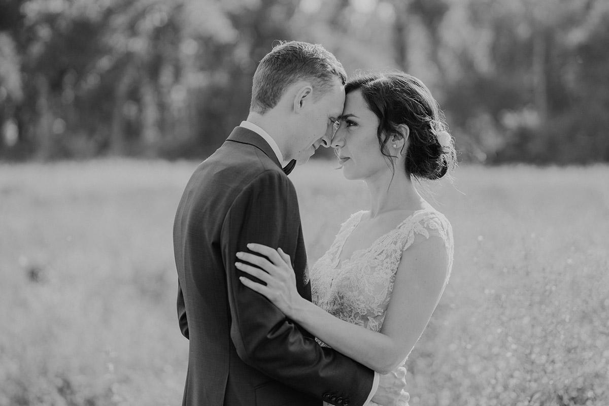 romantisches Hochzeitsfoto Braut und Bräutigam Landhochzeit - Potsdam Hochzeitsfotografin im Gut Schloss Golm für Hochzeit am Wasser und im Wald © www.hochzeitslicht.de