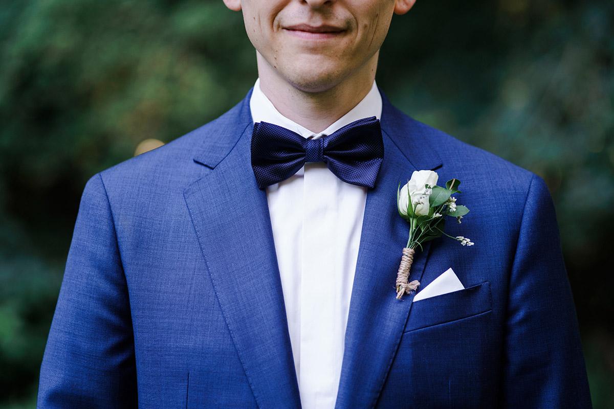 moderne Hochzeitsfotografie Bräutigam Hochzeitsanzug blau - Potsdam Hochzeitsfotografin im Gut Schloss Golm für Hochzeit am Wasser und im Wald © www.hochzeitslicht.de