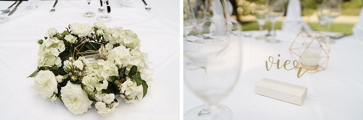 Idee Tischdekoration elegante Sommerhochzeit weiß gold Tischkarten Acryl - Potsdam Hochzeitsfotografin im Gut Schloss Golm für Hochzeit am Wasser und im Wald © www.hochzeitslicht.de
