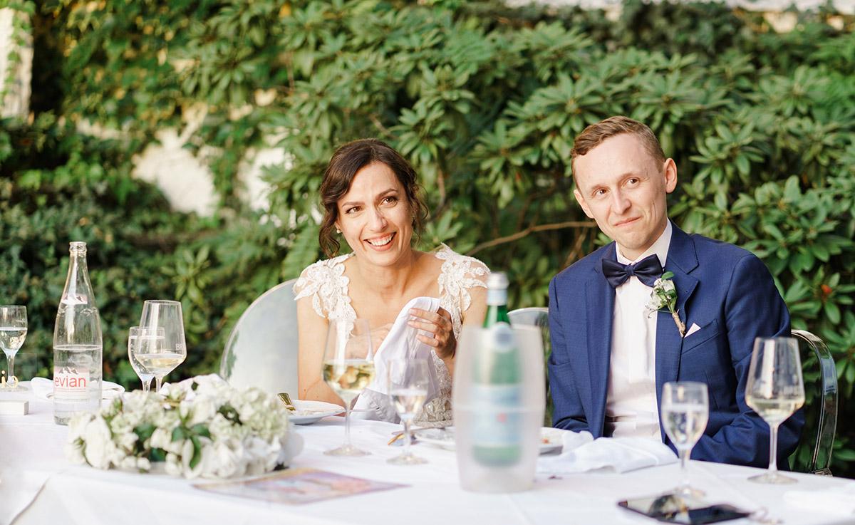Hochzeitsreportagefoto Brautpaar Hochzeitsfeier - Potsdam Hochzeitsfotografin im Gut Schloss Golm für Hochzeit am Wasser und im Wald © www.hochzeitslicht.de