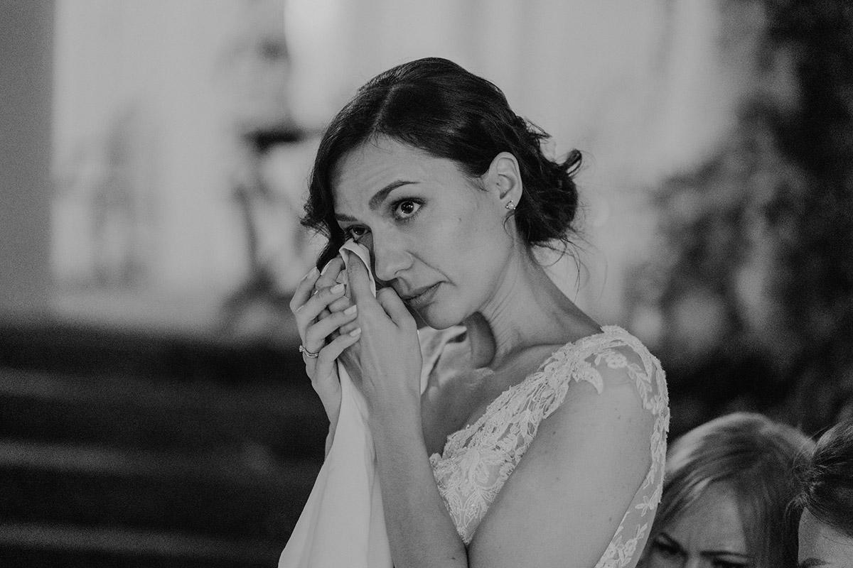 emotionales Hochzeitsfoto Braut russische Hochzeit - Potsdam Hochzeitsfotografin im Gut Schloss Golm für Hochzeit am Wasser und im Wald © www.hochzeitslicht.de