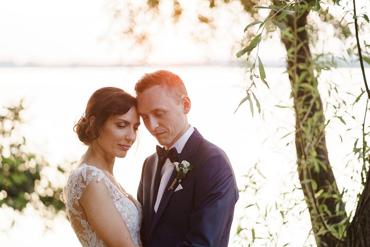 Fotoshooting Hochzeit bei Sonnenuntergang am See - Potsdam Hochzeitsfotografin im Gut Schloss Golm für Hochzeit am Wasser und im Wald © www.hochzeitslicht.de