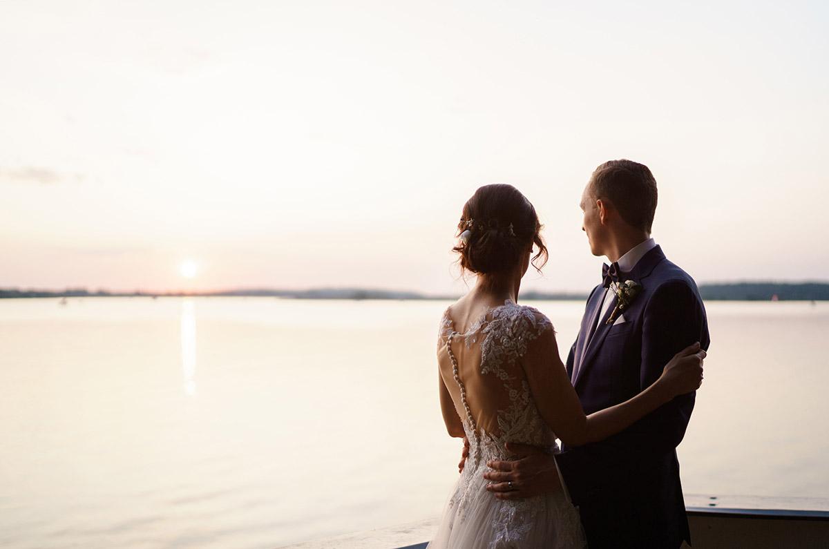 Sonnenuntergang Fotoshooting bei Seehochzeit - Potsdam Hochzeitsfotografin im Gut Schloss Golm für Hochzeit am Wasser und im Wald © www.hochzeitslicht.de