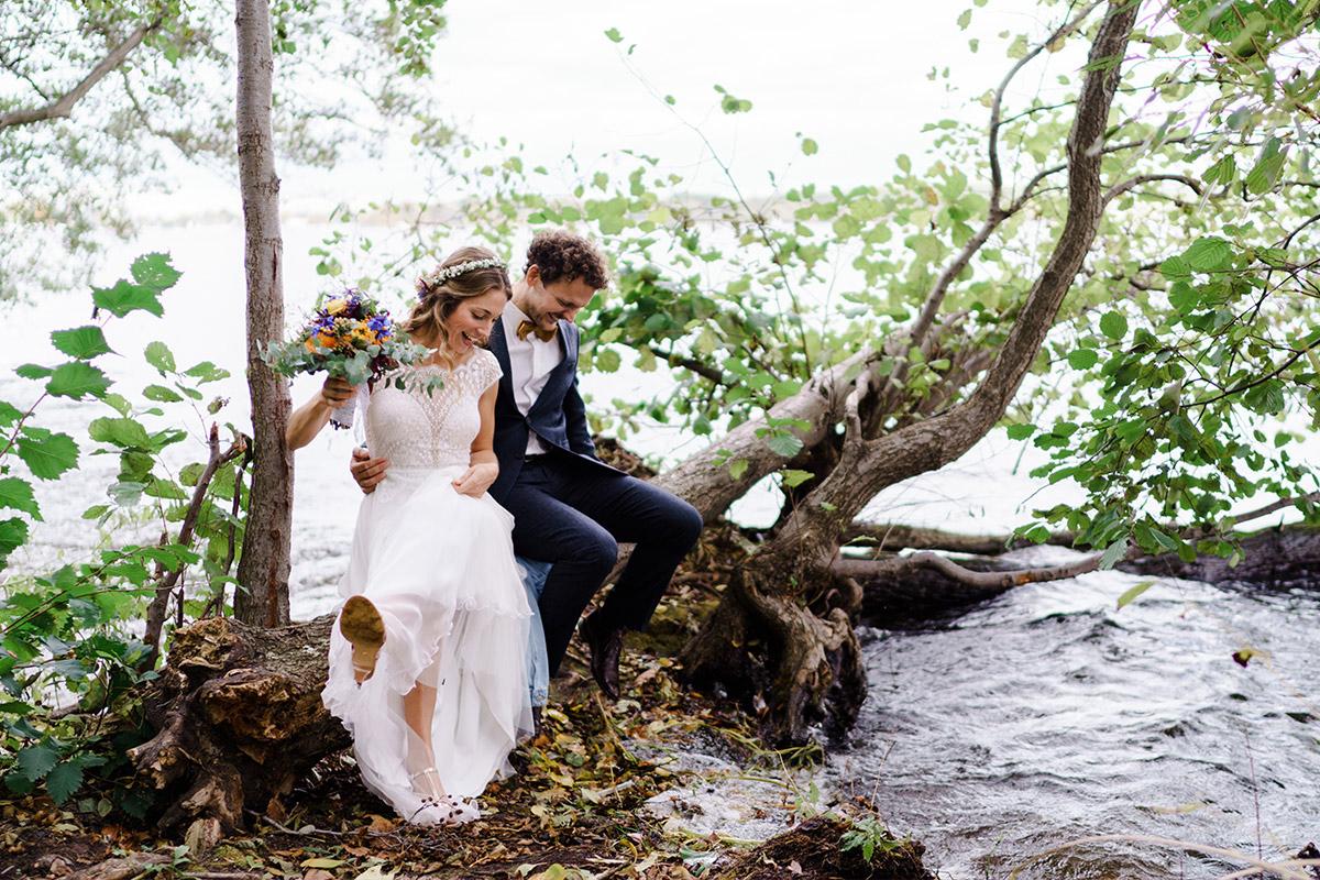 Fotoshooting Brautpaar am Wasser - Hochzeit am Wasser im Restaurantschiff Alte Liebe und Dorfkirche Gatow von Hochzeitsfotografin Berlin © www.hochzeitslicht.de