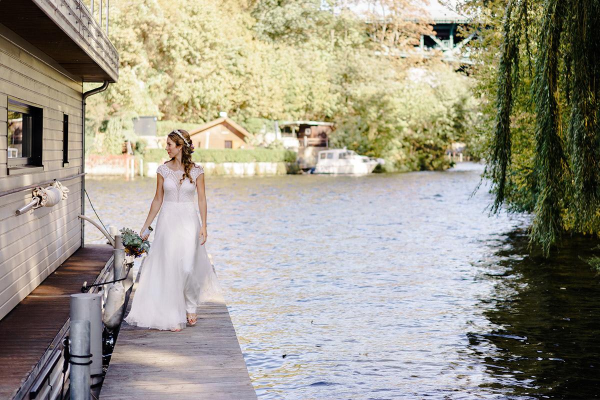 Hochzeitsfoto Hochzeit Hausboot - Hochzeit am Wasser im Restaurantschiff Alte Liebe und Dorfkirche Gatow von Hochzeitsfotografin Berlin © www.hochzeitslicht.de