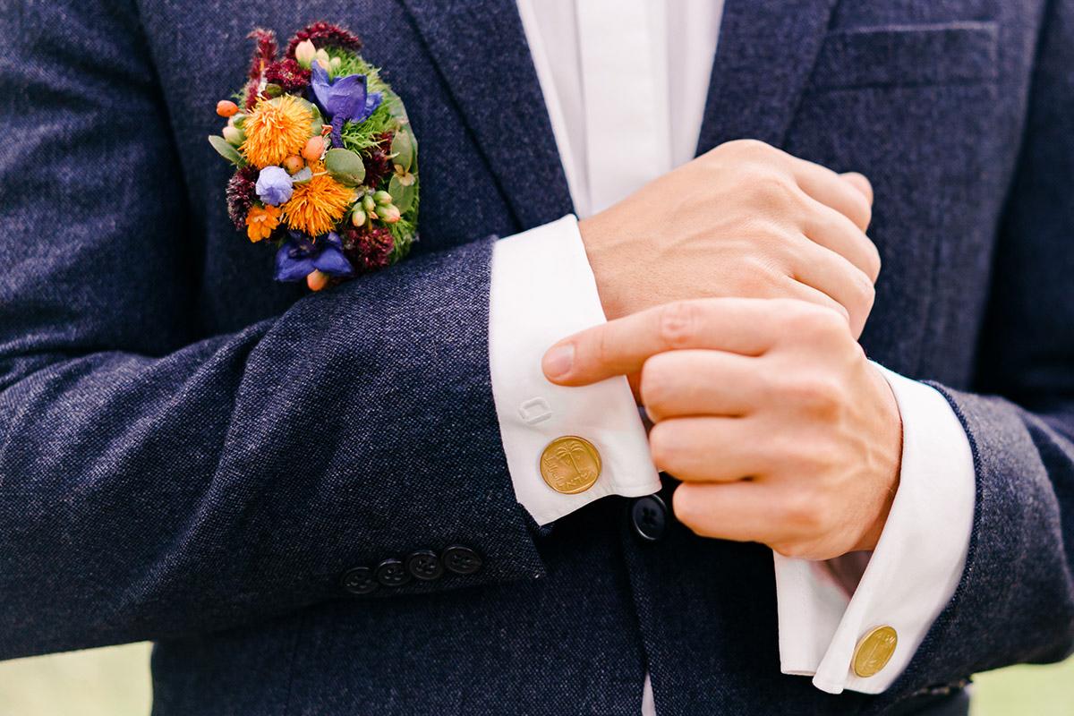 Inspiration Outfit Bräutigam Herbsthochzeit - Hochzeit am Wasser im Restaurantschiff Alte Liebe und Dorfkirche Gatow von Hochzeitsfotografin Berlin © www.hochzeitslicht.de