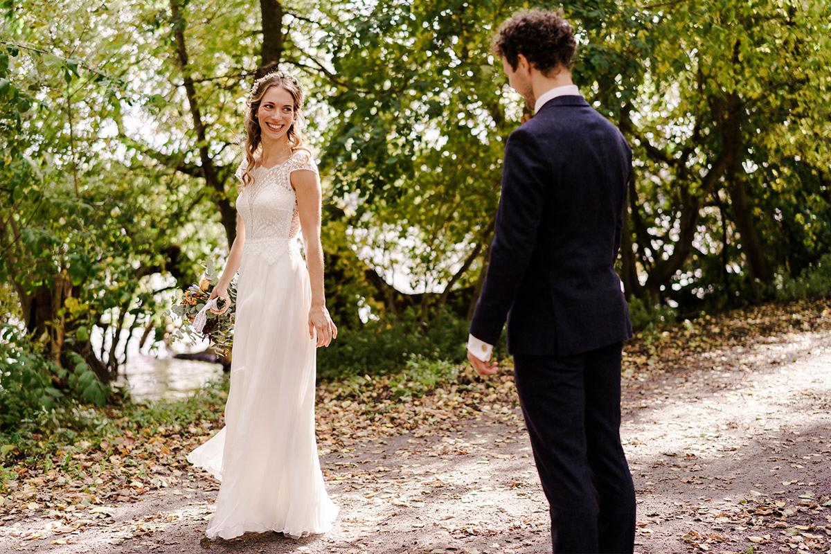 Hochzeitsfoto First Look Brautpaar - Hochzeit am Wasser im Restaurantschiff Alte Liebe und Dorfkirche Gatow von Hochzeitsfotografin Berlin © www.hochzeitslicht.de