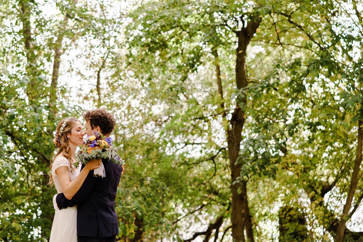 Hochzeitsfotoshooting Vintagehochzeit - Hochzeit am Wasser im Restaurantschiff Alte Liebe und Dorfkirche Gatow von Hochzeitsfotografin Berlin © www.hochzeitslicht.de