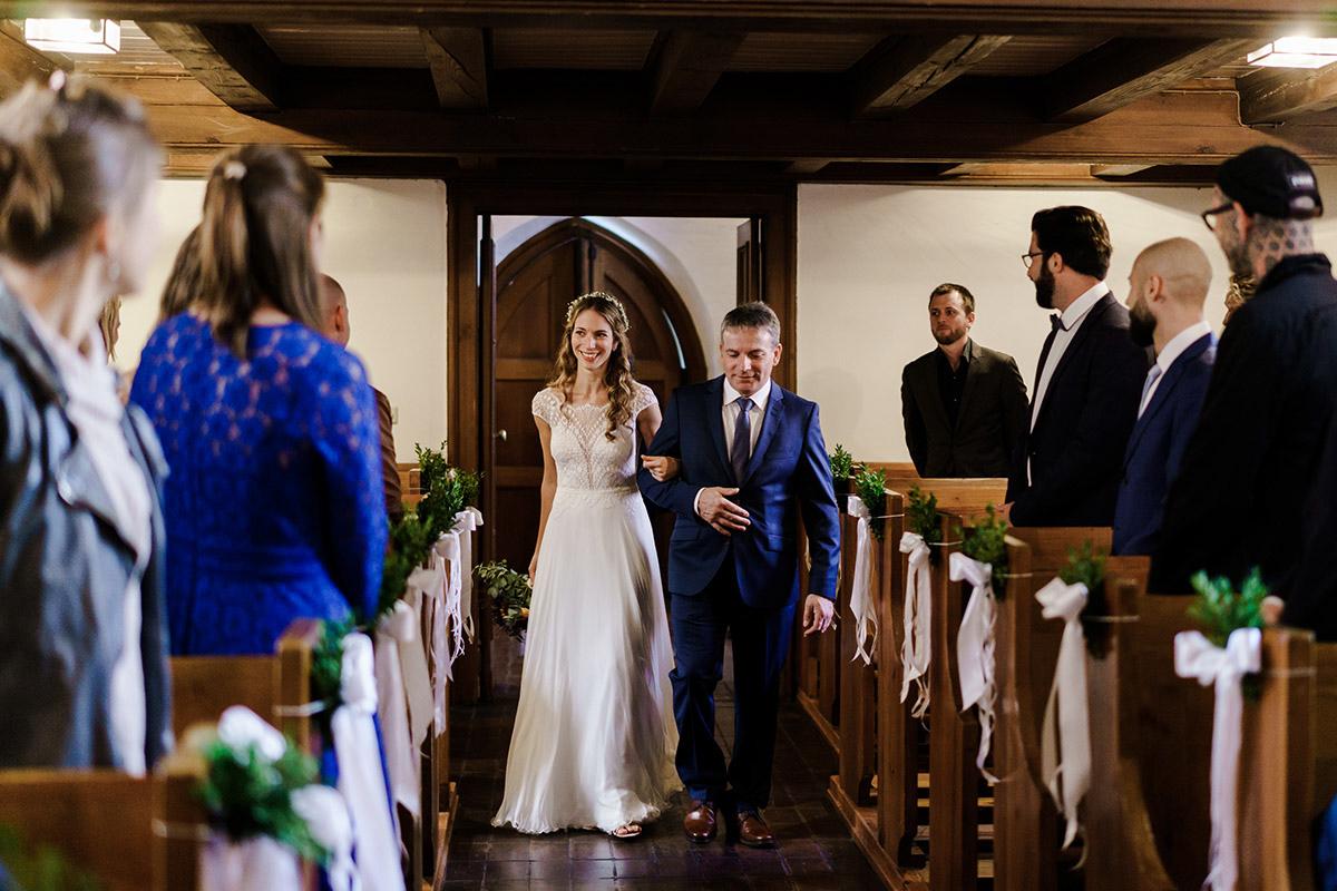 Hochzeitsfoto Einzug Braut Trauung Kirche - Hochzeit am Wasser im Restaurantschiff Alte Liebe und Dorfkirche Gatow von Hochzeitsfotografin Berlin © www.hochzeitslicht.de