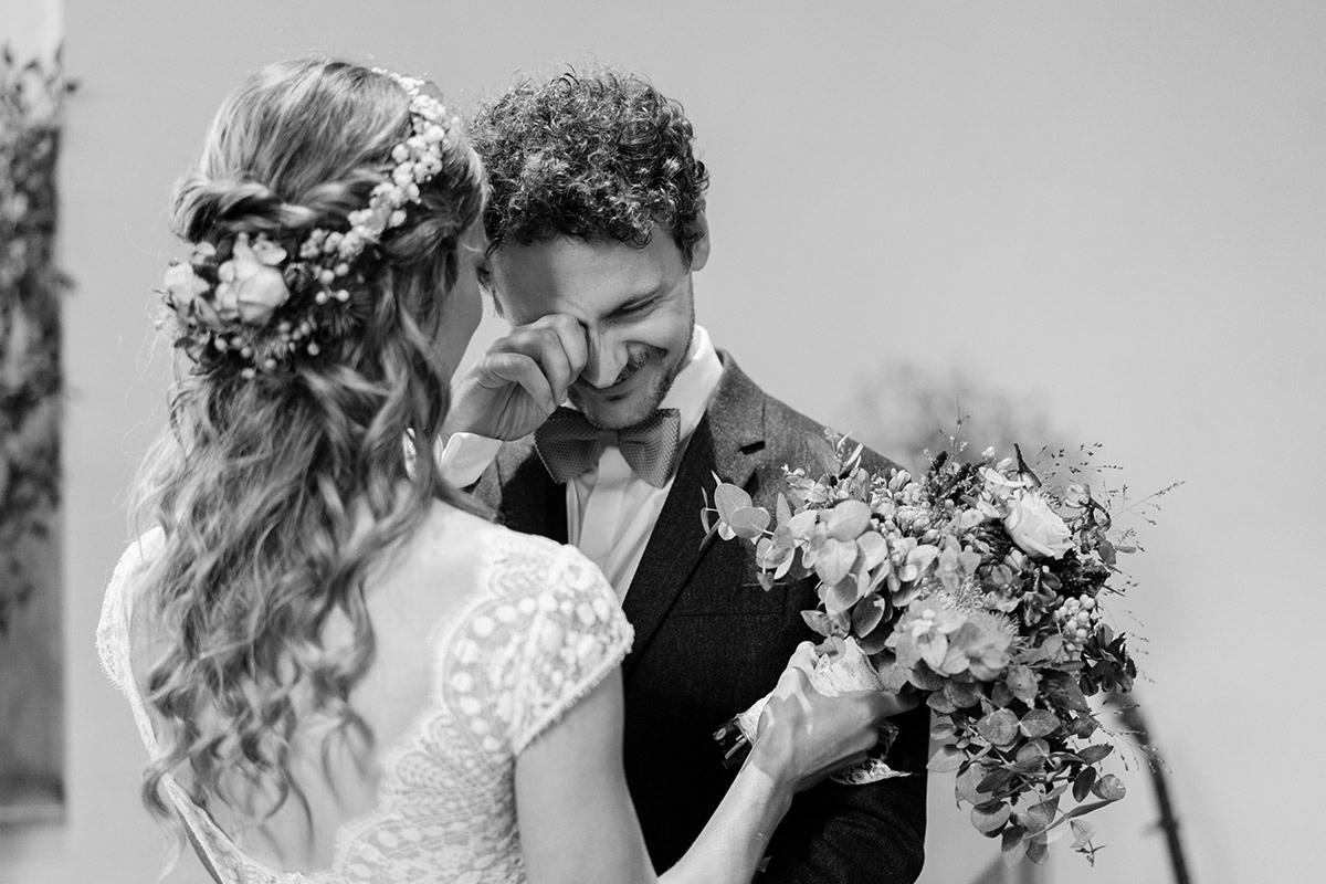 Hochzeitsfoto emotional Trauung Kirche - Hochzeit am Wasser im Restaurantschiff Alte Liebe und Dorfkirche Gatow von Hochzeitsfotografin Berlin © www.hochzeitslicht.de