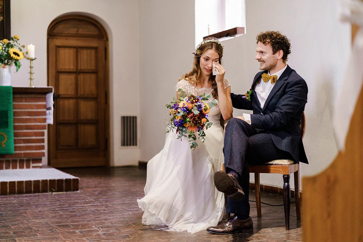 Hochzeitsbild emotional kirchliche Hochzeit - Hochzeit am Wasser im Restaurantschiff Alte Liebe und Dorfkirche Gatow von Hochzeitsfotografin Berlin © www.hochzeitslicht.de