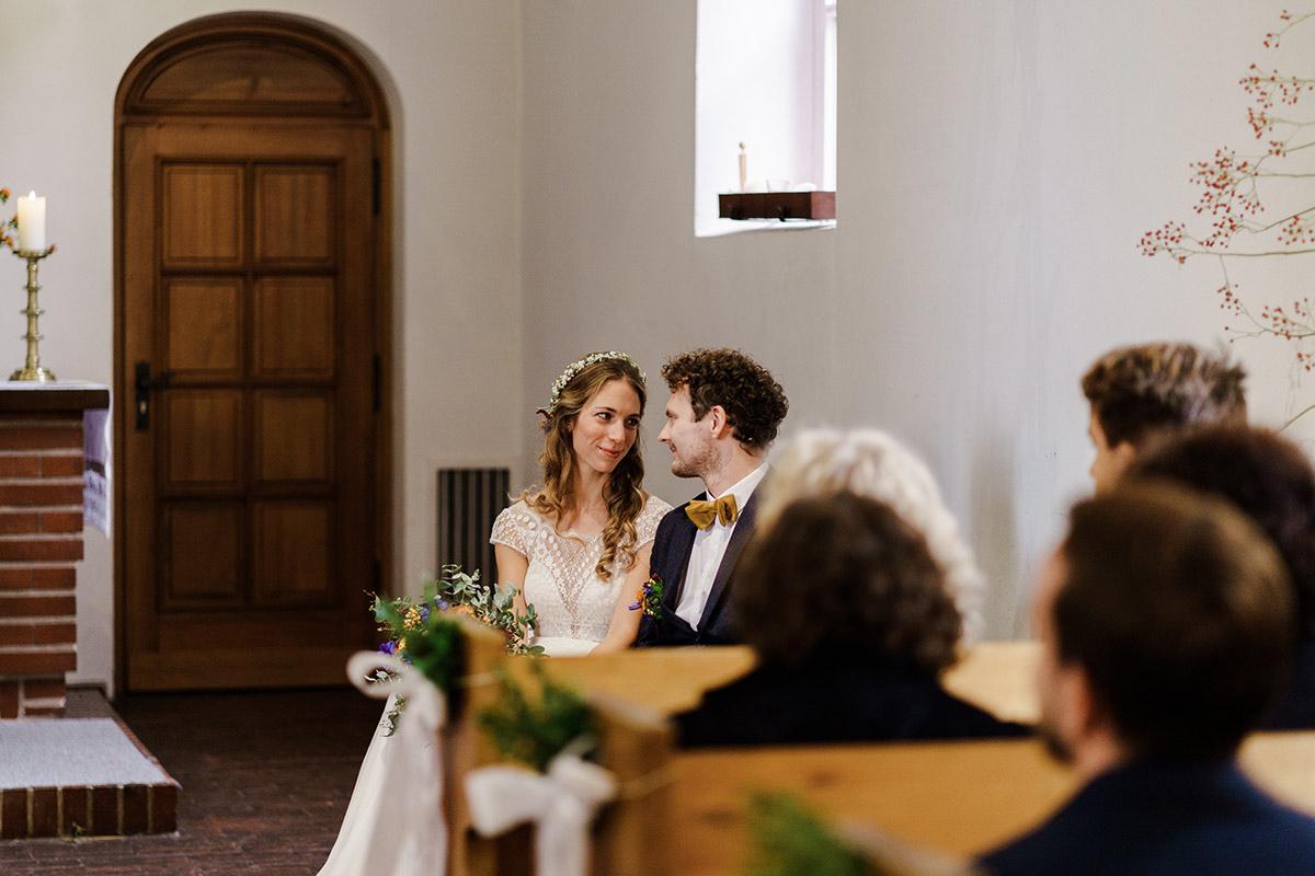 ungestelltes Hochzeitsfoto Brautpaar - Hochzeit am Wasser im Restaurantschiff Alte Liebe und Dorfkirche Gatow von Hochzeitsfotografin Berlin © www.hochzeitslicht.de