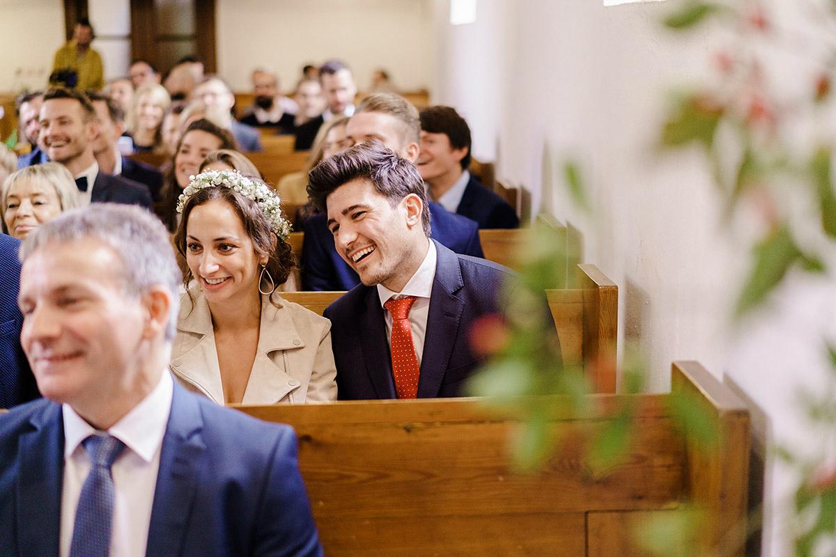 Hochzeitsfoto Gäste kirchliche Trauung - Hochzeit am Wasser im Restaurantschiff Alte Liebe und Dorfkirche Gatow von Hochzeitsfotografin Berlin © www.hochzeitslicht.de