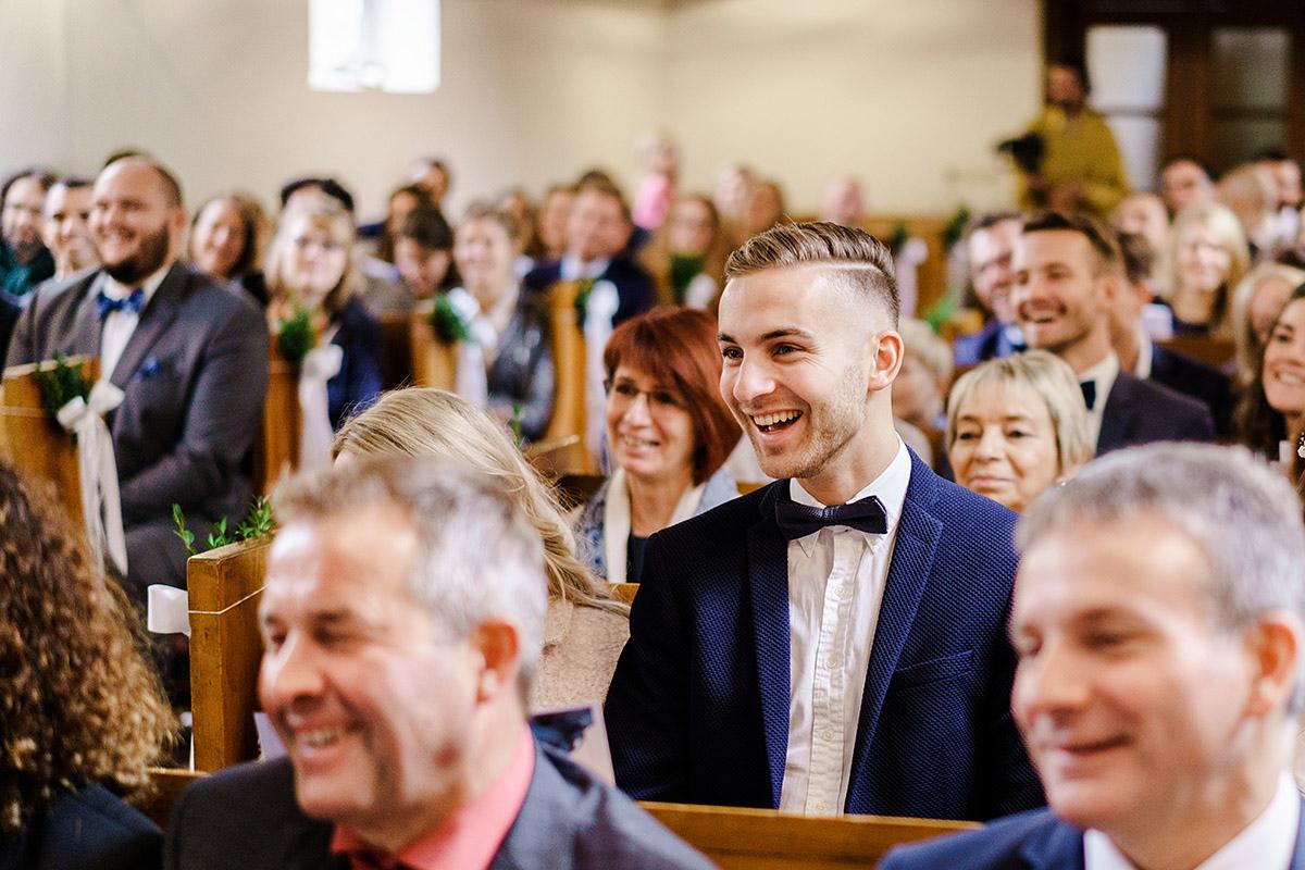 Gäste Hochzeit Kirche - Hochzeit am Wasser im Restaurantschiff Alte Liebe und Dorfkirche Gatow von Hochzeitsfotografin Berlin © www.hochzeitslicht.de