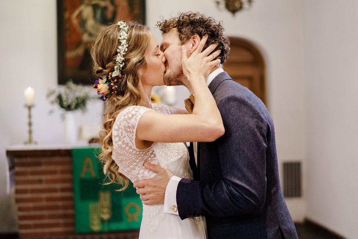 Hochzeitsfoto Kuss Trauung Kirche - Hochzeit am Wasser im Restaurantschiff Alte Liebe und Dorfkirche Gatow von Hochzeitsfotografin Berlin © www.hochzeitslicht.de