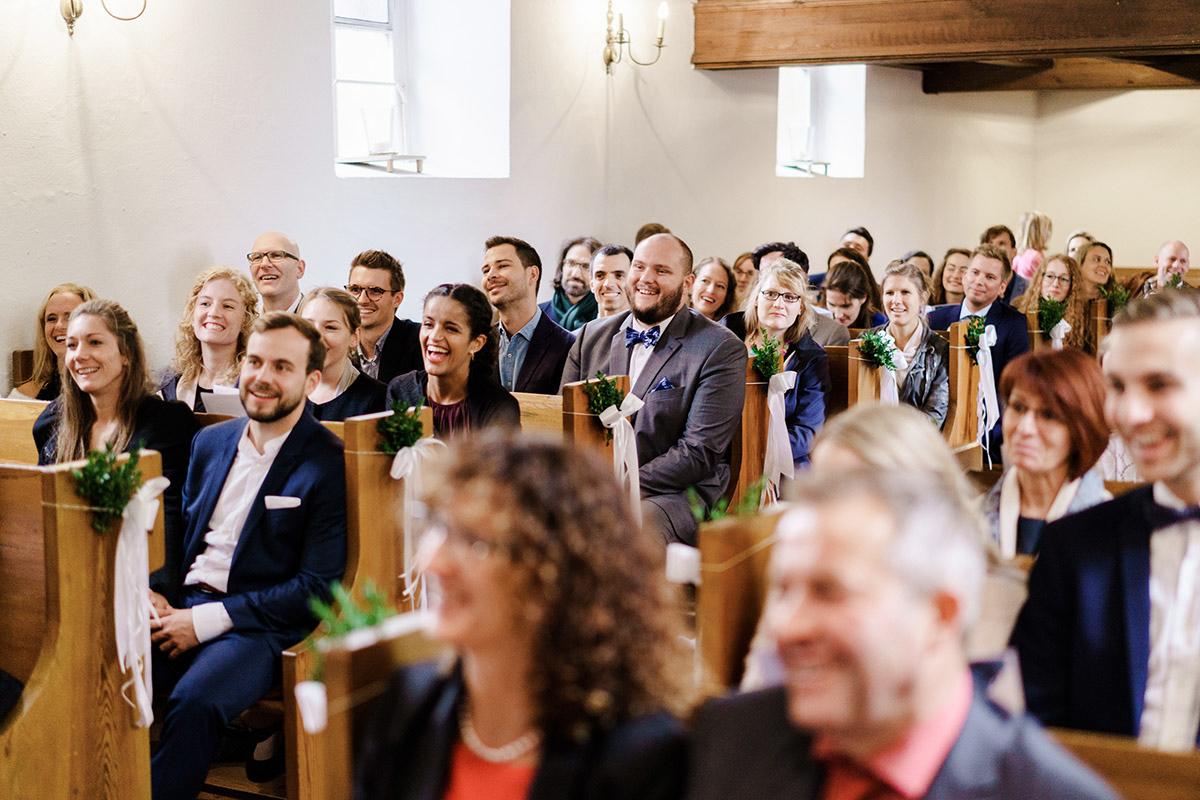 Hochzeitsfotografie Gäste kirchliche Trauung - Hochzeit am Wasser im Restaurantschiff Alte Liebe und Dorfkirche Gatow von Hochzeitsfotografin Berlin © www.hochzeitslicht.de