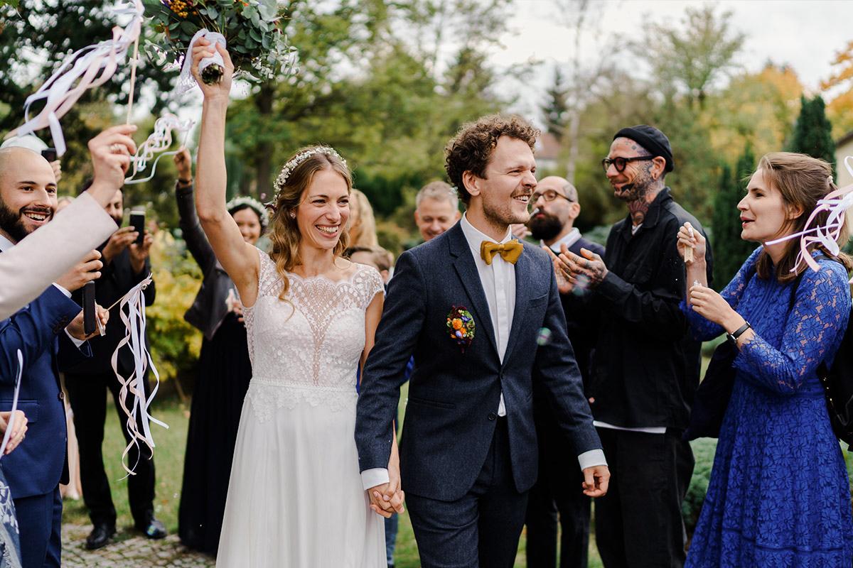 Hochzeitsfoto Auszug Brautpaar Gäste Spalier Seifenblasen - Hochzeit am Wasser im Restaurantschiff Alte Liebe und Dorfkirche Gatow von Hochzeitsfotografin Berlin © www.hochzeitslicht.de