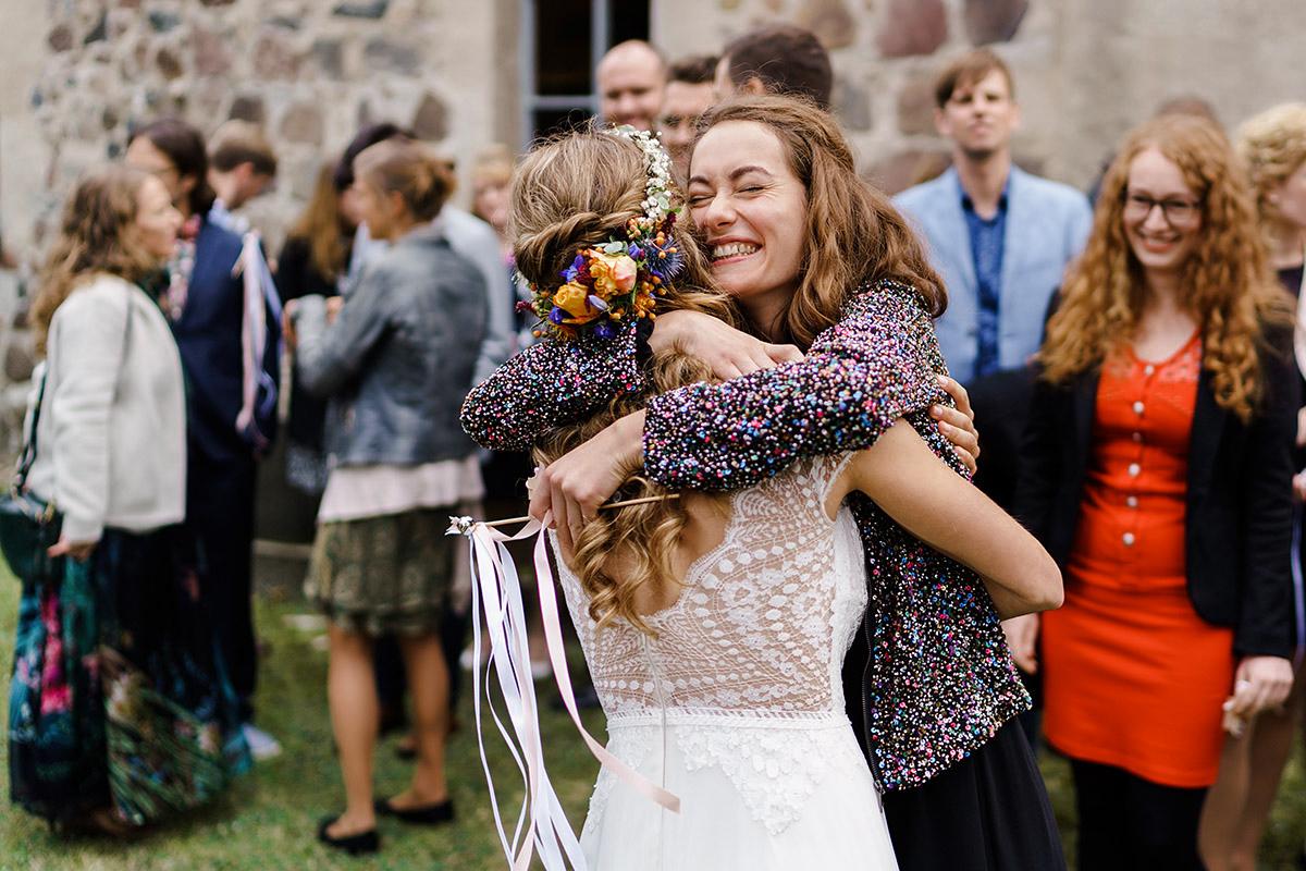 Hochzeitsfoto Gratulation Gäste nach kirchlicher Trauung - Hochzeit am Wasser im Restaurantschiff Alte Liebe und Dorfkirche Gatow von Hochzeitsfotografin Berlin © www.hochzeitslicht.de
