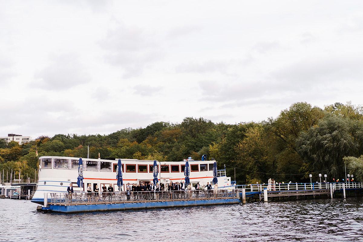Hochzeitslocation auf Boot am Wasser - Hochzeit am Wasser im Restaurantschiff Alte Liebe und Dorfkirche Gatow von Hochzeitsfotografin Berlin © www.hochzeitslicht.de
