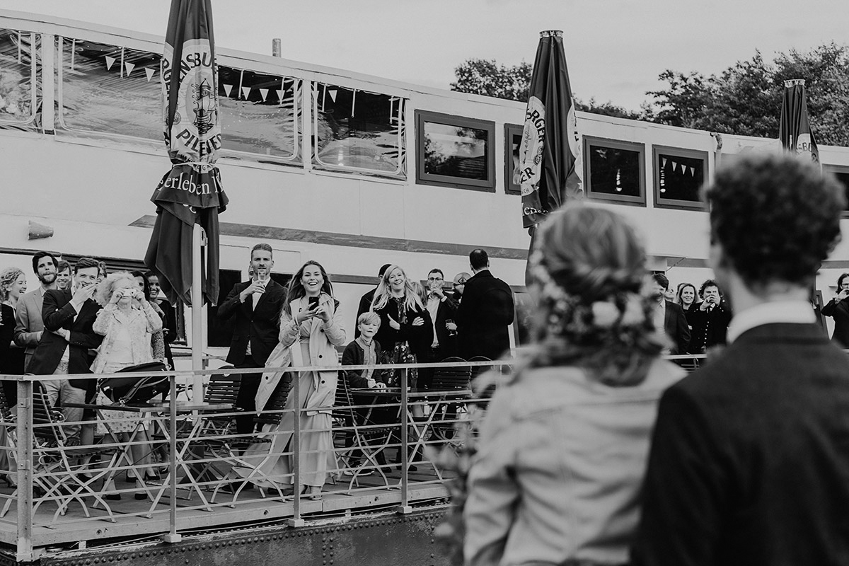 Hochzeitsfeier auf Boot - Hochzeit am Wasser im Restaurantschiff Alte Liebe und Dorfkirche Gatow von Hochzeitsfotografin Berlin © www.hochzeitslicht.de