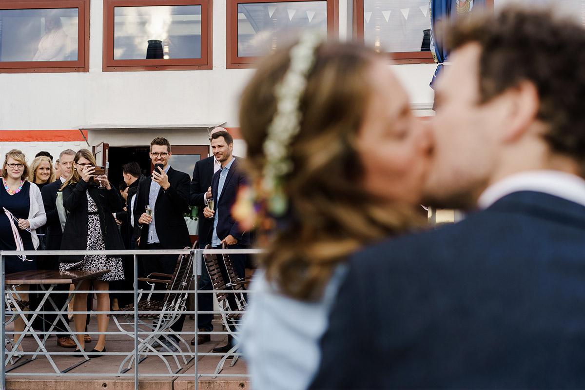 Hochzeit feiern auf Schiff - Hochzeit am Wasser im Restaurantschiff Alte Liebe und Dorfkirche Gatow von Hochzeitsfotografin Berlin © www.hochzeitslicht.de
