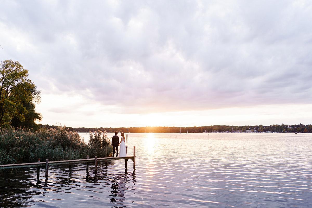 Hochzeitsfotoshooting Sonnenuntergang am See Brautpaar auf Steg - Hochzeit am Wasser im Restaurantschiff Alte Liebe und Dorfkirche Gatow von Hochzeitsfotografin Berlin © www.hochzeitslicht.de