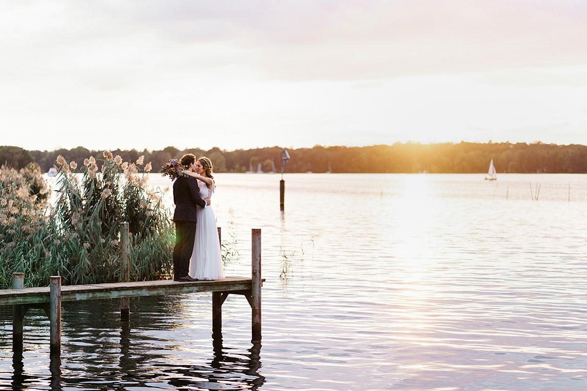 Fotoshooting Hochzeit Sonnenuntergang am See- Hochzeit am Wasser im Restaurantschiff Alte Liebe und Dorfkirche Gatow von Hochzeitsfotografin Berlin © www.hochzeitslicht.de