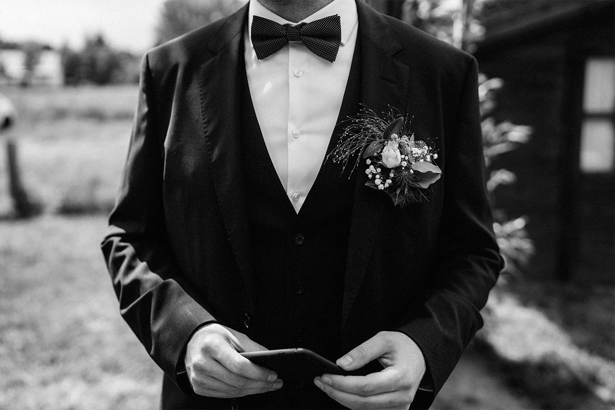 Hochzeitsfotografie modern Bräutigam - Standesamt vintage Hochzeitsfotograf im Spreewald Brandenburg im Weidendom des Spreewaldresort Seinerzeit und im Spreewood Distillers © www.hochzeitslicht.de