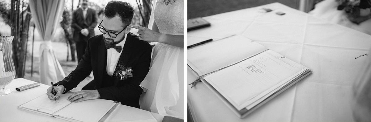 Hochzeitsfotos Unterzeichnen Urkunde Trauung - Standesamt vintage Hochzeitsfotograf im Spreewald Brandenburg im Weidendom des Spreewaldresort Seinerzeit und im Spreewood Distillers © www.hochzeitslicht.de