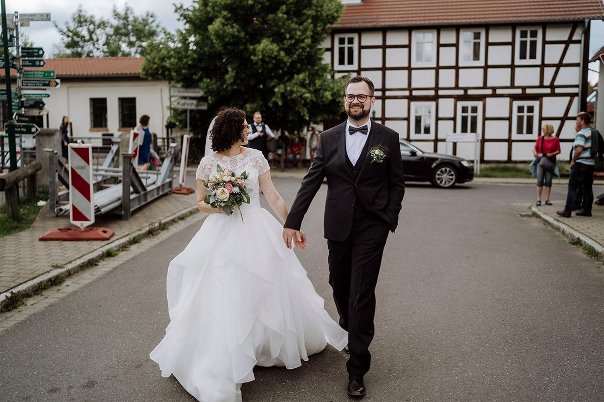 Paarfotoshooting Brautpaar modern urban - Standesamt vintage Hochzeitsfotograf im Spreewald Brandenburg im Weidendom des Spreewaldresort Seinerzeit und im Spreewood Distillers © www.hochzeitslicht.de