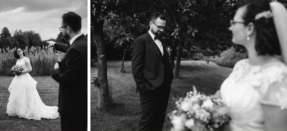 Hochzeitsfotografie natürlich Brautpaar Brille - Standesamt vintage Hochzeitsfotograf im Spreewald Brandenburg im Weidendom des Spreewaldresort Seinerzeit und im Spreewood Distillers © www.hochzeitslicht.de