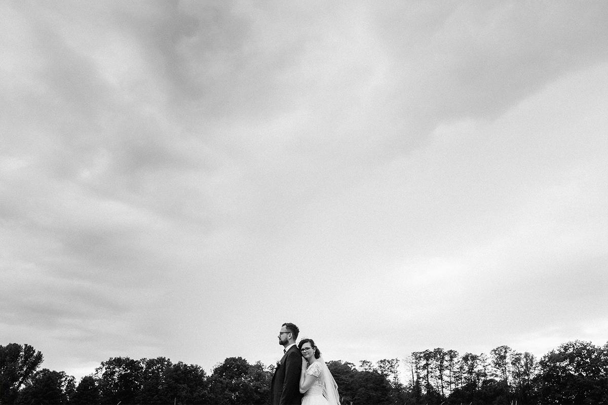 Hochzeitsfoto modern Brautpaar Landhochzeit - Standesamt vintage Hochzeitsfotograf im Spreewald Brandenburg im Weidendom des Spreewaldresort Seinerzeit und im Spreewood Distillers © www.hochzeitslicht.de