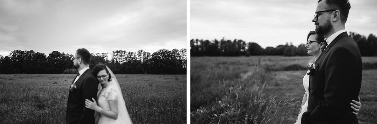 natürliche Brautpaarfotos Vintagehochzeit - Standesamt vintage Hochzeitsfotograf im Spreewald Brandenburg im Weidendom des Spreewaldresort Seinerzeit und im Spreewood Distillers © www.hochzeitslicht.de