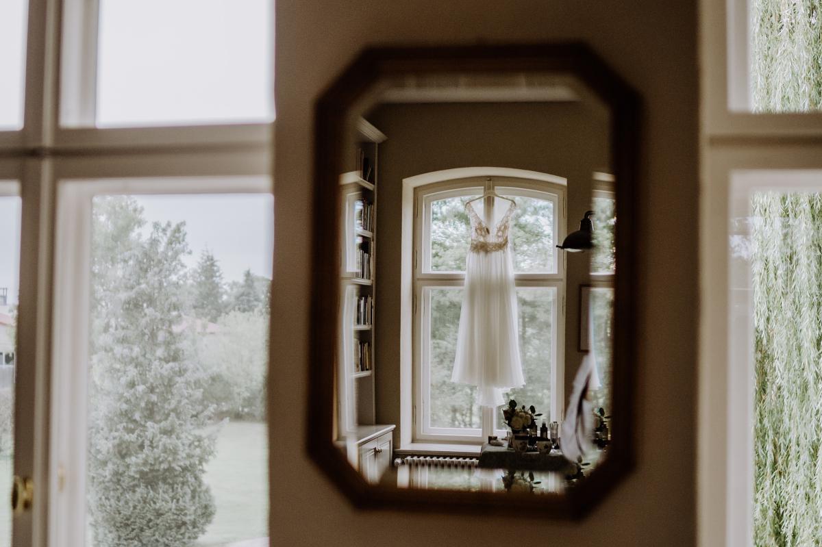 Idee Hochzeitsfoto Brautkleid Fenster Spiegel - Scheunenhochzeit in Brandenburg im Gutshaus Penzlin Hochzeitsfotograf Berlin © www.hochzeitslicht.de