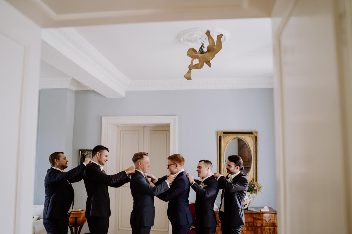 Idee Hochzeitsfoto Bräutigam Best Men Trauzeugen - Scheunenhochzeit in Brandenburg im Gutshaus Penzlin Hochzeitsfotograf Berlin © www.hochzeitslicht.de