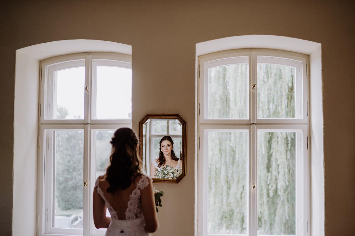 Inspiration Potrait Braut Hochzeit - Scheunenhochzeit in Brandenburg im Gutshaus Penzlin Hochzeitsfotograf Berlin © www.hochzeitslicht.de