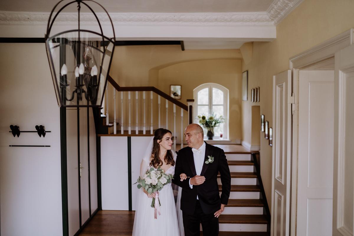 Idee Hochzeitsfoto Braut mit Vater - Scheunenhochzeit in Brandenburg im Gutshaus Penzlin Hochzeitsfotograf Berlin © www.hochzeitslicht.de
